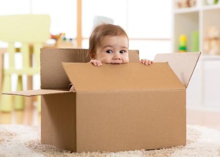 Enfant joue dans carton